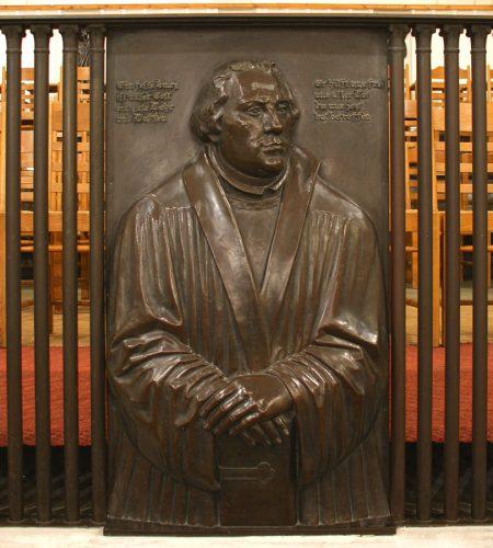 Bronzerelief Martin Luthers von G. Wrba